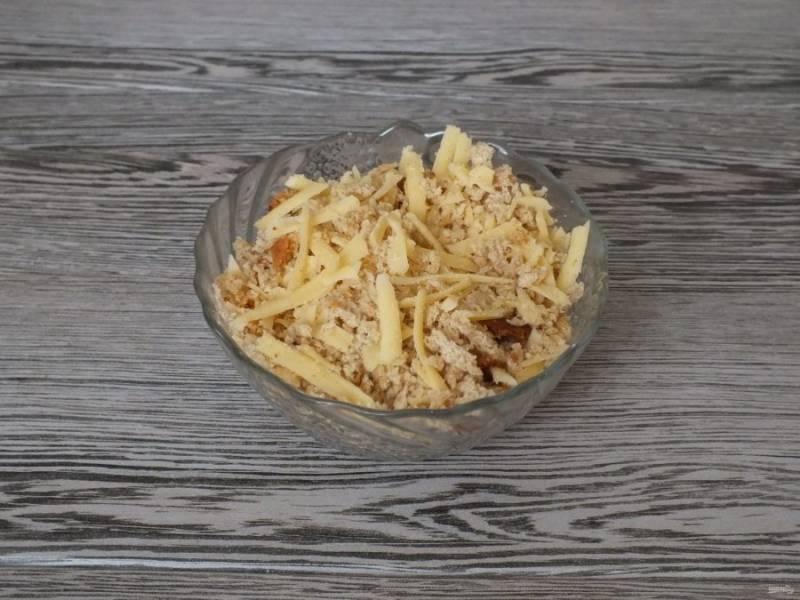 Пока запекается гратен, натрите на терке сыр и ломтики хлеба. Перемешайте.