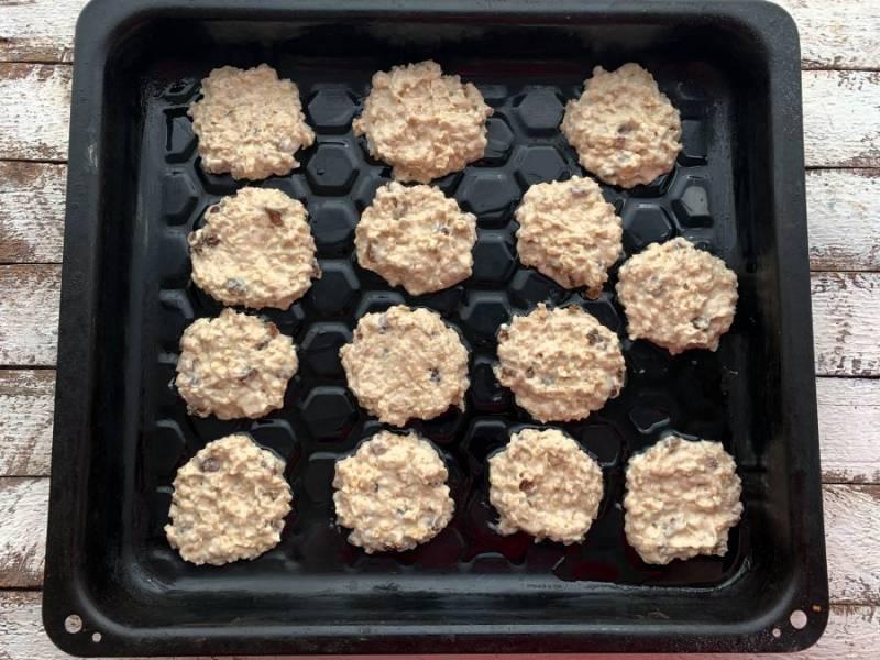 Противень смажьте небольшим количеством растительного масла и ложкой выложите печенье. Отправьте печенье в предварительно разогретую духовку до 180 градусов на 10-15 минут.