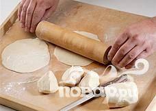 Разогреть духовку до 200 ° C и расположить утку на лотке для выпечки. Через 20 минут уменьшить температуру до 160 ° С и выпекать еще 1 час. Повысить температуру до 200 ° С и выпекать около 20 минут, пока утка не станет мягкой. Теперь можно приготовить блины: Просеять муку в миску, добавить соль, перемешать и влить ложку масла. Помешивая, постепенно добавить горячую воду, замесить тесто. Обложить тесто тканью и оставить в теплом месте на 15 минут. Разделить тесто на кусочки в 5 см на присыпанной мукой поверхности стола. Смазать каждый кусочек кунжутным маслом. Раскатать кусочки теста в блины диаметром 15 см.