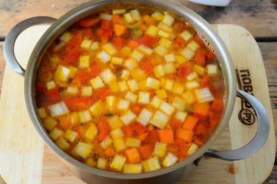 Затем отправьте томатную заправку в суп и проварите несколько минут.