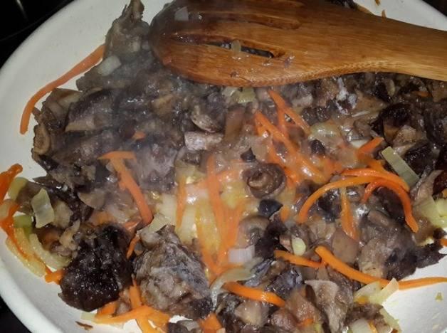 Затем добавьте грибы и обжарьте вместе в течение 15-20 минут.