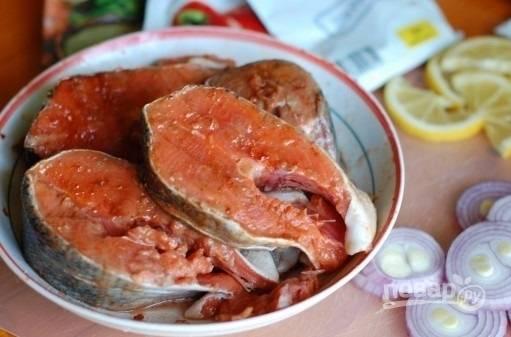 3. Вымойте и обсушите рыбку. Посолите, добавьте при желании специи, полейте соком лимона.