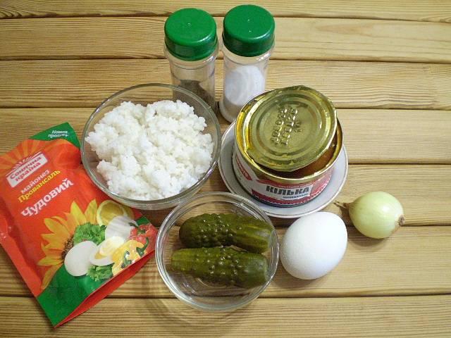 Приготовьте продукты для салата. Отварите рис в соленой воде до готовности в соотношении 1:2 с водой.