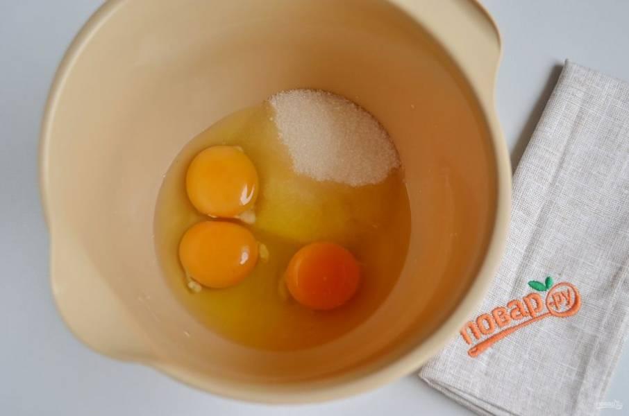 Яйца с сахаром и ванильным сахаром взбейте миксером на высоких оборотах до получения пышной светлой массы. Взбивать нужно не менее 5-6 минут.