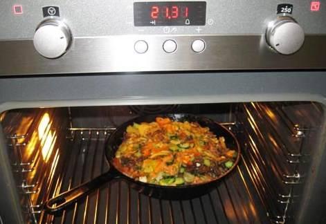 И отправляем запекаться картофель на 10-15 минут в духовку, заранее разогретую до 240 градусов.