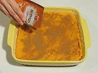В форму выложите тыквенное пюре и посыпьте ложой корицы.