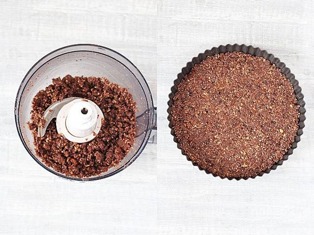 В чашу блендера положите миндаль и измельчите почти до состояния муки. Затем добавьте кокосовое масло, какао, ванильный экстракт и финики без косточки. Сделайте однородную массу, перебив блендером. Утрамбуйте массу в форму для пирога, отправьте в морозильник.
