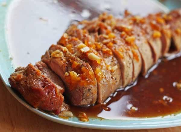 5. Вторую половину соуса можно добавлять постепенно в процессе приготовления мяса. Также соус можно отправить на огонь, уварить немного (можно добавить немного крахмала) и использовать его для подачи. Им можно полить мясо или же подать отдельно. Свинина в медовом соусе в домашних условиях отлично сочетается с гарнирами и овощами.