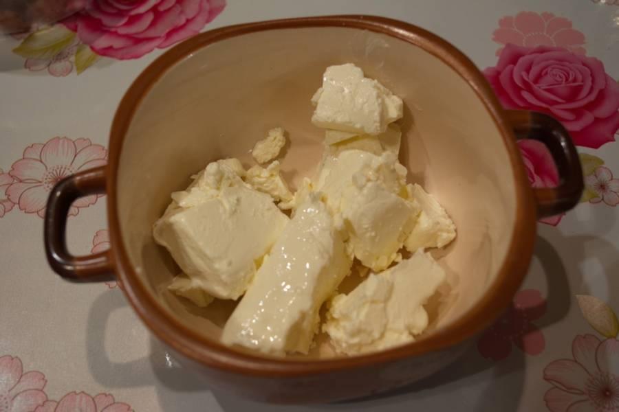 Приготовим начинку для блинов. В миску переложите крем-сыр. У меня вот такой довольно плотный получился. По вкусу он нечто среднее между густой сметаной и плавленным сырком. Если не найдете крем-сыр, можно взять обычный плавленый сырок (если будете использовать такой вариант, потрите сыр на тёрке).