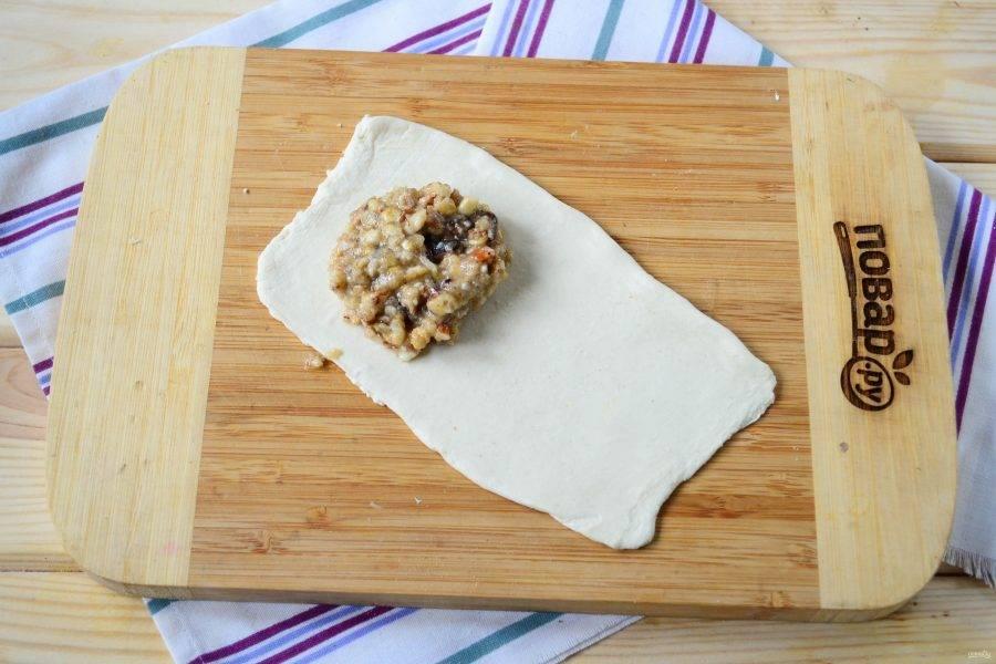 Тесто раскатайте и порежьте на прямоугольники  примерно 5-8 см. На одну половину положите 1 ст. ложку начинки.
