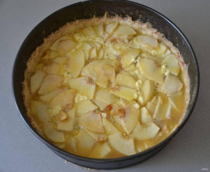Залейте пирог подготовленной заливкой и снова отправьте в духовку на 10-15 минут.
