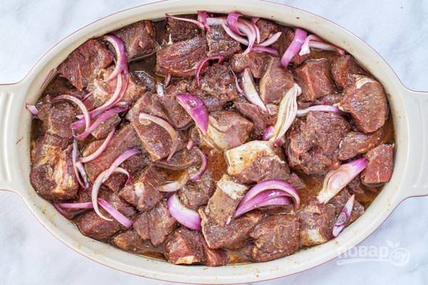 3.Переложите мясо в маринад и хорошенько перемешайте руками в течение 10 минут. Отправьте мясо на несколько часов в холодильник или на ночь.