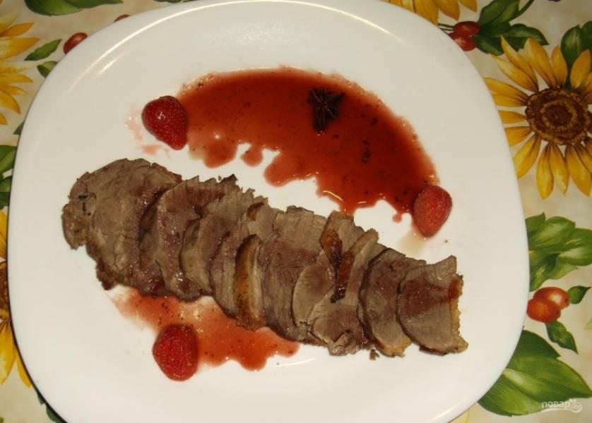 7.Из духовки достаю утиную грудку, нарезаю ее кусочками и выкладываю на тарелку веером, поливаю ягодным соусом и подаю к столу.