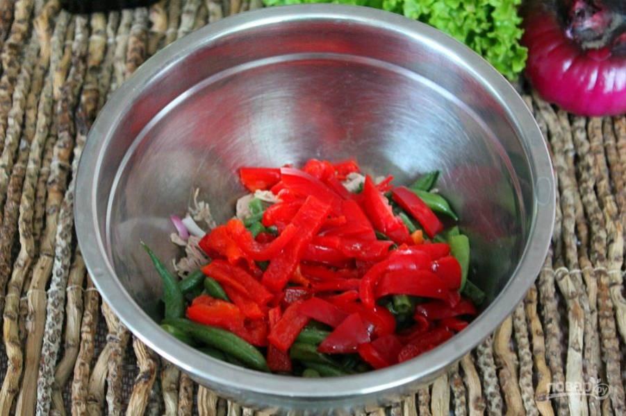 Болгарский перец нарезаем кусочками и добавляем в салат.