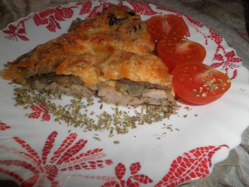6. Иногда я сверху сыра выкладываю помидоры - так мясо получается еще вкуснее и сочнее. Подавайте его на листьях салата или вместе с гарниром.