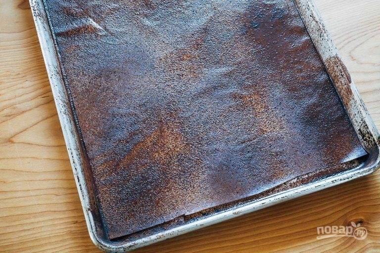1.Смажьте пергамент растительным маслом и посыпьте столовой ложкой какао, выложите на противень.