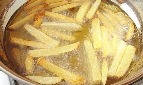 3. Пока мясо доходит до нужной вам степени зажарки, разогреем масло для фритюра Обжариваем картошку. Соль - по вкусу.