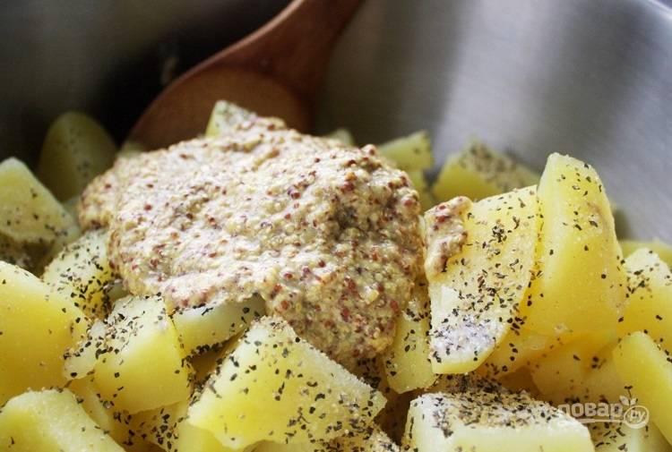 6.Выложите к картофелю горчицу, мед, соль и перец.