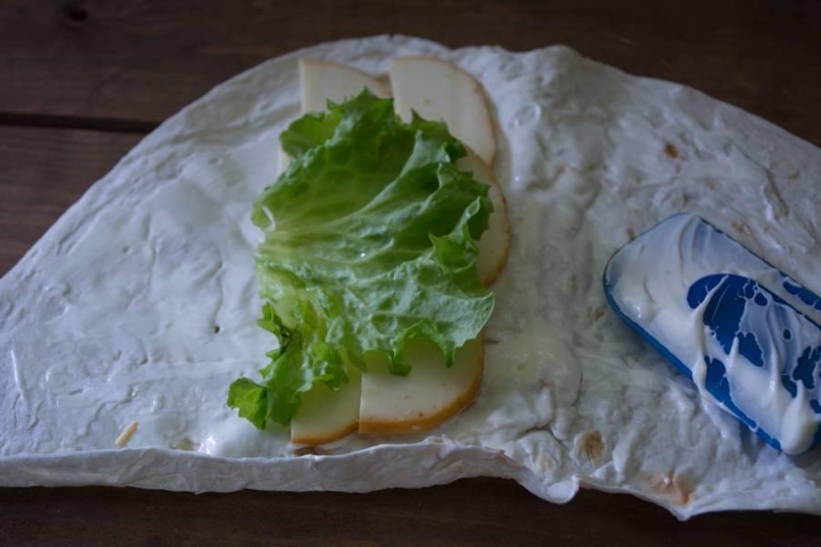 Выложите салатные листья.