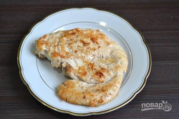 2. Первым делом обжарьте на растительном масле с двух сторон до румяной корочки филе. Посолите и поперчите по вкусу.