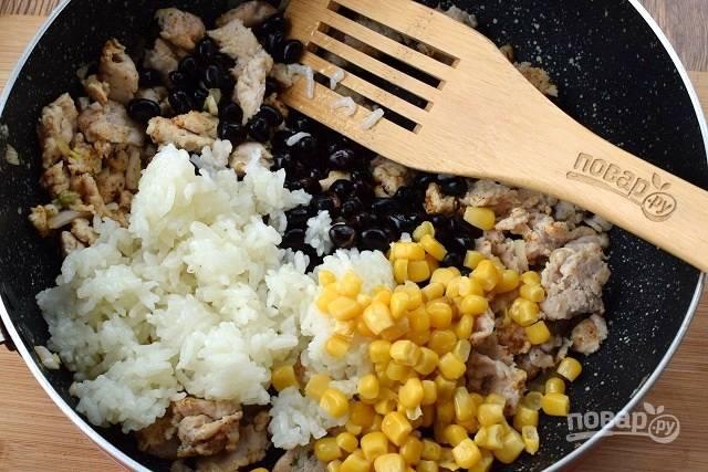 Добавьте кукурузу, рис, фасоль и перемешайте.