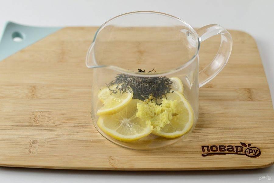 Переложите подготовленные ингредиенты в заварочный чайник. Добавьте зеленый листовой чай.