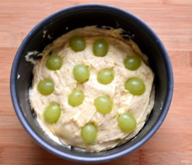 Переложите тесто в форму для кекса и разложите остаток винограда сверху, чуть вдавливая ягоды в тесто.