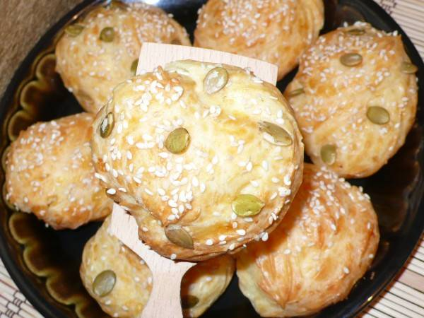 8. Подавайте булочки из заварного теста на большом блюде. Они очень воздушные и вкусные.