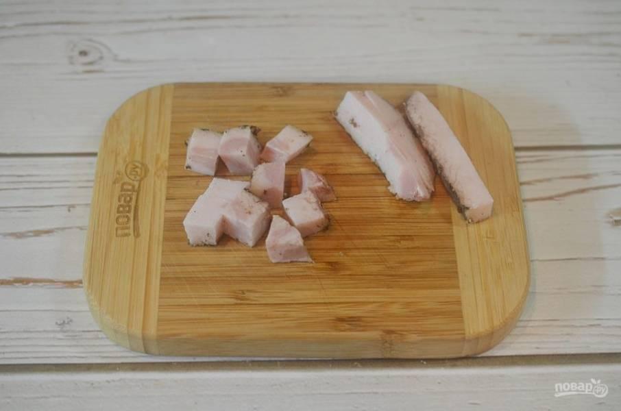 1. От жира отрежьте несколько полосок, по количеству порций (горшочков), остальной порежьте кубиком.