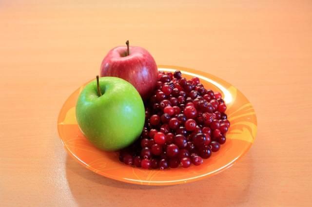 1. Клюкву и яблоки перебираем и моем. С яблок можно срезать кожуру.
