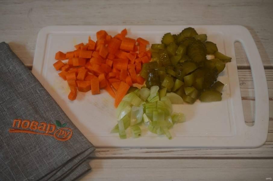 3. Лук, морковь и огурцы нарежьте кубиком.