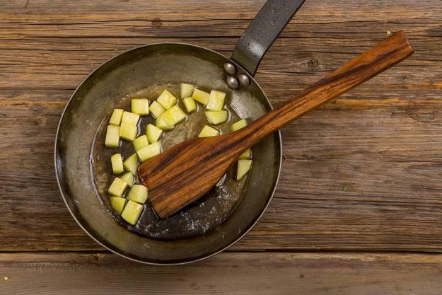 6. На сковороде растопите немного сливочного масла, отправьте туда яблоки. Всыпьте сахар, обжарьте пару минут до полного его растворения.