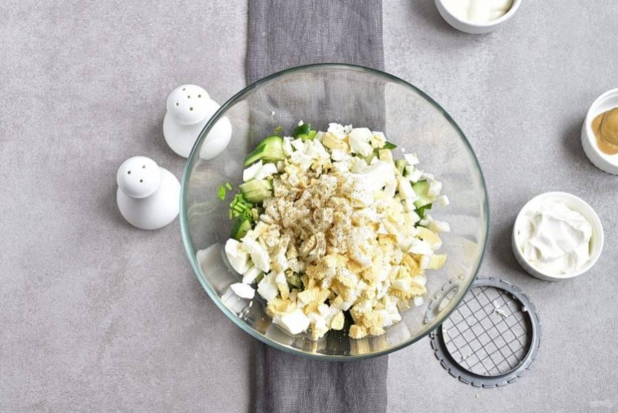 Вареные яйца нарежьте кубиками. Посолите и поперчите по вкусу. Черный свежесмолотый перец тут очень кстати!