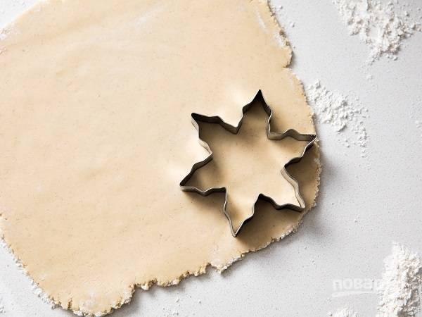 4. Разогрейте духовку до 180 градусов. Вырежьте с помощью выемок печенья.