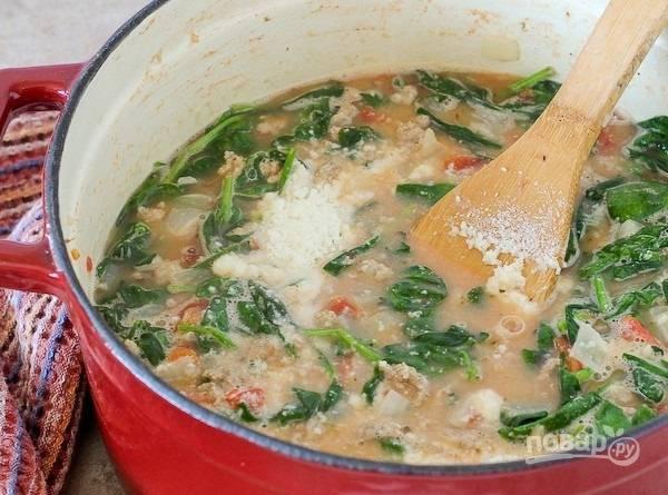 9.Перемешайте все для растворения сыра, добавьте хлопья красного перца, затем выключите огонь.