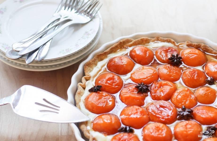 Смажьте сыром маскарпоне выпеченный корж, сверху уложите абрикосы. Приятного аппетита!