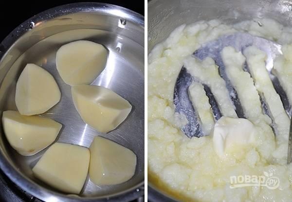 2. Параллельно в подсоленной воде отварите картофель и разомните его в пюре, по желанию добавьте масло.