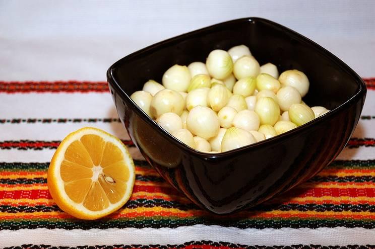 1. Лук очищаем и тщательно моем. Заливаем соком половины лимона, добавляем одну чайную ложку соли. Заливаем водой так, чтобы она покрывала лук. Оставим в холодильнике на сутки.