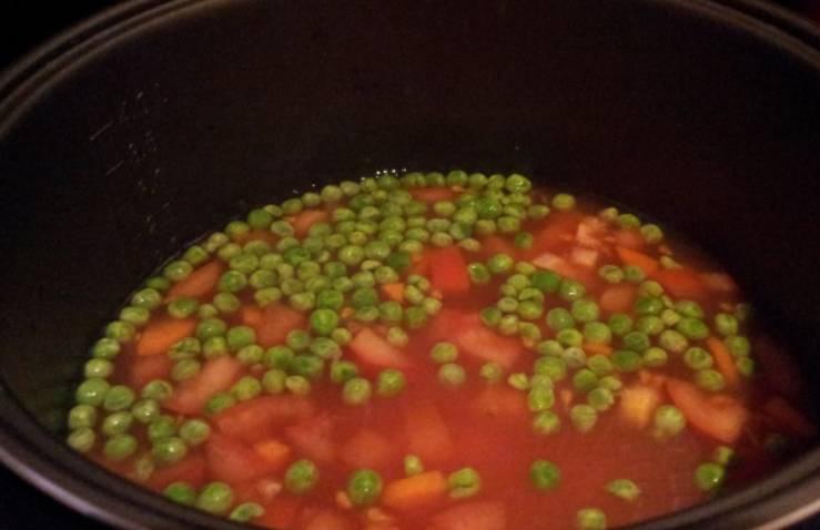 Перекладываем овощи в чашу мультиварки, добавляем горошек и фасоль. Вливаем воду, кладем томатный соус и специи. Все перемешиваем.
