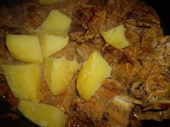 4. Только когда вкус и степень готовности капусты вас удовлетворит, - добавим отварной порезанный картофель. Перемешаем, выключаем газ. Готово!