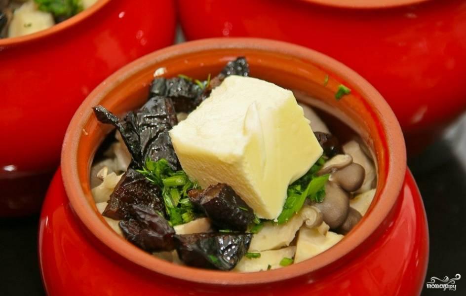 Теперь возьмите горшочки. На дно уложите зажарку, затем — грибы, чернослив, зелень, сливочное масло и соевый соус.
