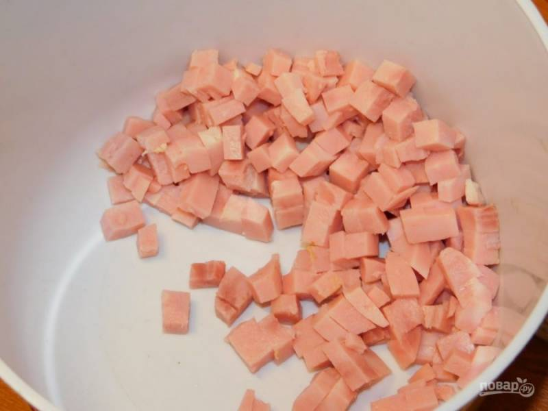 Нарежьте кубиками ветчину.