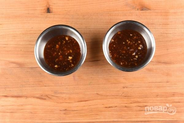 2. Сделайте глазировку. Смешайте соус с половиной чеснока и имбиря.