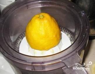 Выдавить сок из половинки лимона и замариновать в нем лук на несколько минут.