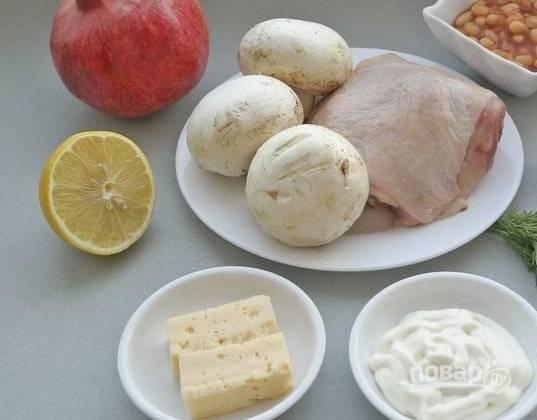 1. Вот такой довольно разноплановый набор ингредиентов вам потребуется, чтобы повторить это блюдо. Первым делом вымойте окорочка и отправьте их вариться в подсоленной воде до мягкости.