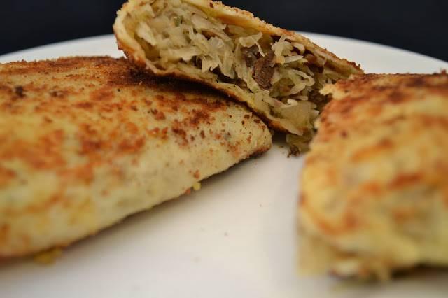 4. Блинчики с капустой и грибами подавайте со сметаной. Приятного аппетита!