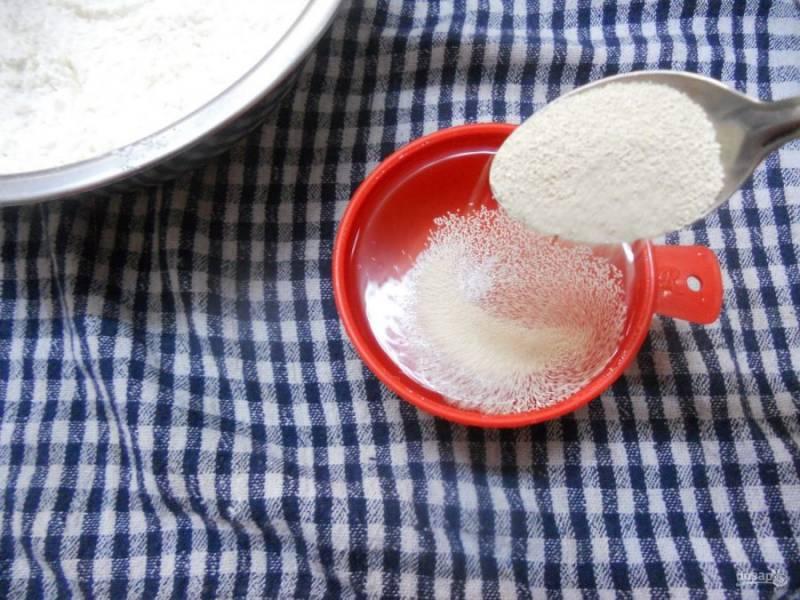 3.В стакан налейте теплую воду, растворите в ней дрожжи.