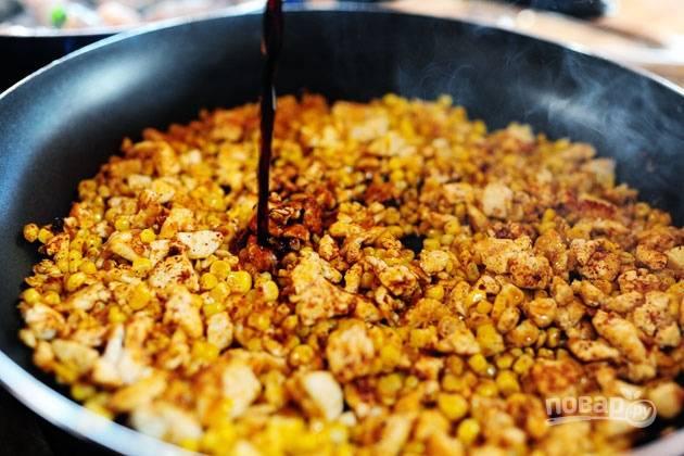 4. Залейте тофу с кукурузой соевым соусом.