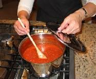как соус закипит, выставить слабый огонь и варить под закрытой крышкой. Переодически помешивая.