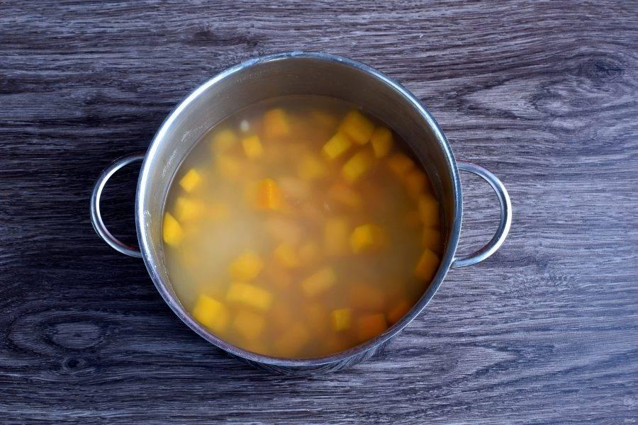 Добавьте готовую фасоль, доведите суп до кипения и посолите по вкусу.